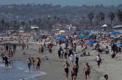 Davy lidí na pláži v kalifornském San Diegu