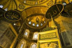 Interiér chrámu Boží Moudrosti (Hagia Sofia) v Istambulu