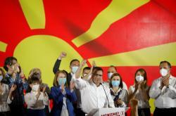 Zoran Zaev slaví vítězství ve volbách