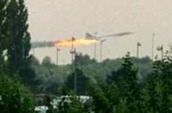 Hořící Concorde po startu z letiště Charlese de Gaullea