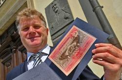 Ke 160. výročí narození Alfonse Muchy vydaly Ivančice s ČNB bankovku podle umělcova návrhu