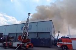 Požár haly s odpadem v pražských Kyjích