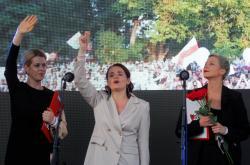Svjatlana Cichanouská (uprostřed) na mítinku v Minsku
