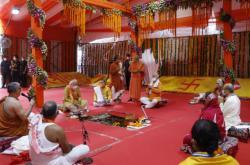 Ceremonie pokládání stříbrného základního kamene do hinduistického chrámu