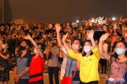 Severokorejci pozorující ohňostroj při oslavách výročí konce korejské války