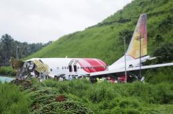 Rozlomené letadlo po havárii v Indii