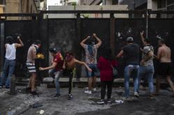 Demonstranti před policejní bariérou