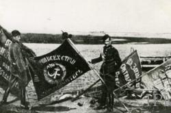 Polští vojáci s ruskými zástavami po bitvě o Varšavu