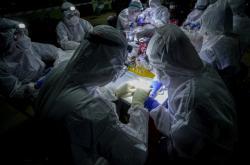 Thajští vědci zkoumají původ virů u netopýrů. Pro odchyt létajících savců si vybrali Netopýří jeskyni v národním parku Sai Yok západně od Bangkoku