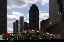 Květiny u památníku 11. září v New Yorku