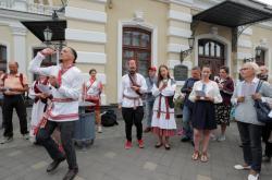 Lidé protestují před Národním akademickým divadlem Janka Kupala