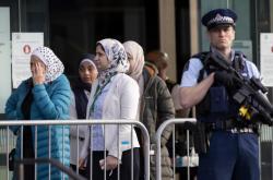 Příbuzní obětí a pozůstalí před soudní budovou