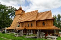 Stavba repliky dřevěného kostela v Gutech