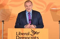 Novým šéfem britské strany Liberální demokraté je Ed Davey