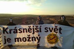 Aktivistky ze skupiny Vzpoura koťákek v lomu ve Vršanech u Mostu