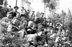 Josef Hladiš jako skaut v roce 1945 ( uprostřed vedle vyučujícího pátera Šilhana)