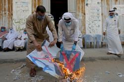 Palestinci pálí na protest proti dohodě podobizny izraelského premiéra Netanjahua a amerického prezidenta Trumpa