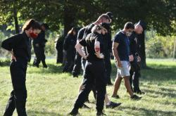 Policisté prohledávají okolí policejního muničního skladu, ve kterém vybuchla munice.