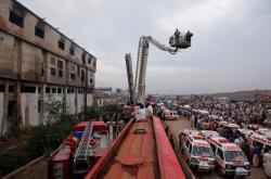 Záchranné práce u vyhořelé textilky v Karáčí