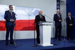 Mateusz Morawiecki, Jaroslaw Kaczynski, Jaroslaw Gowin a Zbigniew Ziobro po podpisu smlouvy