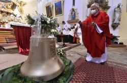 V kostele v NovéVeselí vysvětili dva nové zvony. Větší zvon nese jméno svatého Václava a menší zvon jméno Jana Pavla II