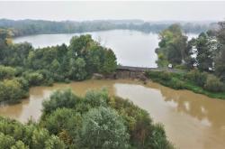 Meandr Odry vymlel hráz rybníka