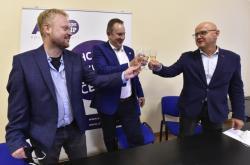 Náměstek hejtmana Kraje Vysočina Martin Kukla (uprostřed) oslavuje společně se svými spolustraníky vítězství hnutí