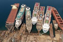Pandemie onemocnění Covid-19 má za následek úpadek lodního turismu v Turecku. Ve městě Smyrna demontují dělníci malé o obří lodě