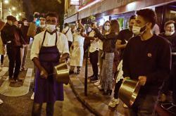 Protest majitelů pařížských restaurací proti omezujícím opatřením