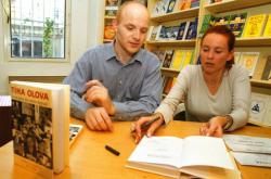Zjištění, zážitky a zkušenosti z aféry Olovo sepsala Slonková s Kubíkem do knihy Tíha olova. Vyšla v roce 2001