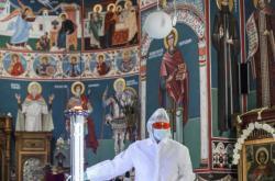 Dobrovolník instaluje světlo dezinfikující bukurešťský kostel