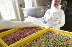 Výroba lentilek v závodě Sfinx v Holešově (2019)