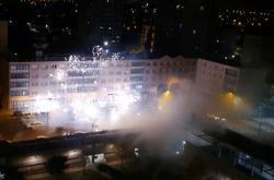Lidé při útoku na policejní stanici použili také pyrotechniku