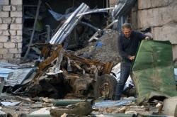 Obyvatel karabašského Stěpanakertu odklízí trosky domu