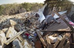 Obyvatel karabašského města Martuni v troskách svého domu