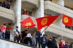 Příznivci premiéra Žaparova na shromáždění v Biškeku