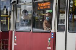Pasažéři s rouškami v tramvaji ve městě Bydgoszcz
