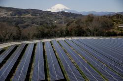Solární elektrárna v japonském městě Nakai v pozadí s horou Fuji