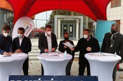 Podpis koaliční smlouvy před budovou Olomouckého kraje