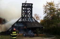 Hasiči zasahují u požáru dřevěného kostela svatého Michala v Praze