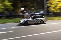 Policisté projíždějí 28. října po 21. hodině po Tylově nábřeží v Hradci Králové