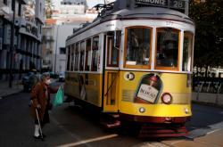 Obyvatelka Lisabonu s rouškou