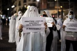 Majitelé obchodů, převlečení za duchy, demonstrují proti zákazu vycházení a dalším