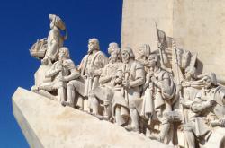 Památník objevitelů v Lisabonu, na špici stojí Jindřich Mořeplavec
