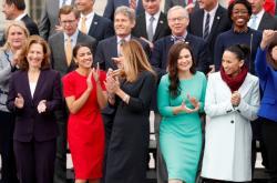 Kim Schrierová (vlevo) s dalšími členkami Sněmovny reprezentantů