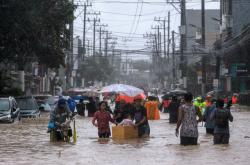 TajfunVamco zasáhl Filipíny. Nevyhnul se ani hlavnímu městu Manila