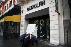 Starostka paříže a francouzský premiér položili věnec u klubu Bataclan, kde teroristé před pěti lety zavraždili osm desítek lidí