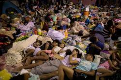 Před tajfunem musely prchnout i stovky tisíc Filipínců