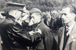 Jan Hronek dostává vyznamenání za chrabrost (1945)