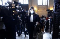Chazzaního obhájkyně Sarah Maugerová-Poliaková přichází k soudu v Paříži